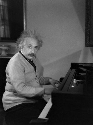 EinsteinAtPiano,1933.jpg